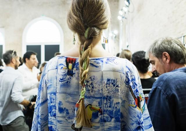 Entra nel backstage e scopri la treccia con foulard di Stella Jean