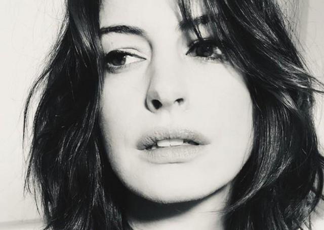 Anne Hathaway capelli corti  e nuovo look primaverile